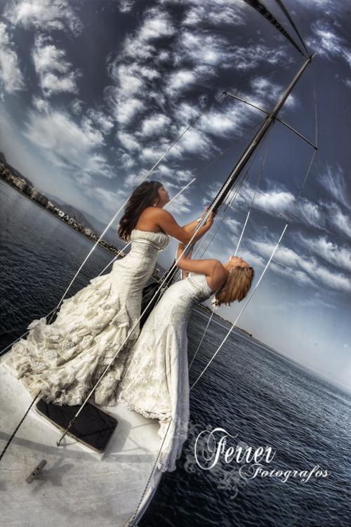 Por la costa de Adra nos divertimos fotografiando a dos jovenes novias (2/5)